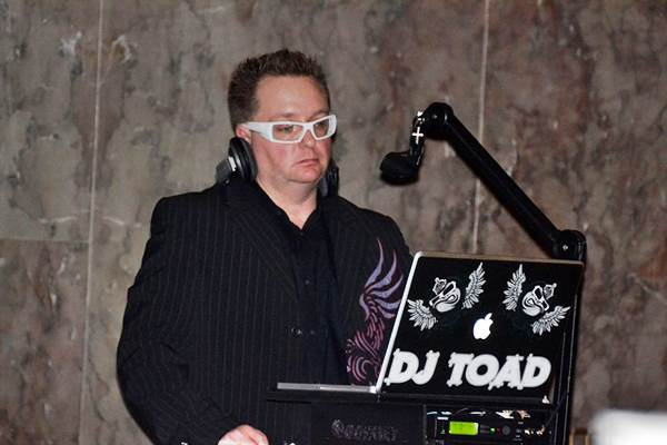 How to Save Money on a DJ for Your Wedding 1
